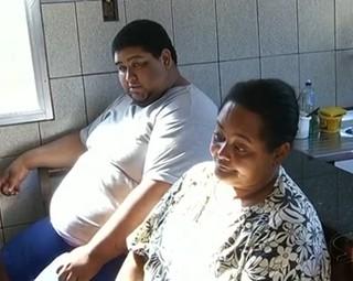 Júlio pesa 200 kg e espera por uma cirurgia bariátrica (Foto: Reprodução RJTV 1ª Edição)