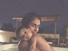 Carol Ramiro, mulher de Jesus Luz, toma banho de piscina com a filha