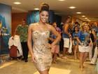De vestido dourado, Juliana Alves vai a feijoada no Rio