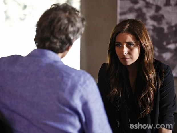 Clara ouve Cadu e pede para ele não perguntar o que ela sente pelos outros (Foto: Inácio Moraes/ TV Globo)