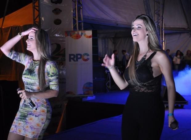 Paula e Pâmela também não deixou a galera perder o ritmo sertanejo (Foto: Roger Santmor/RPC)