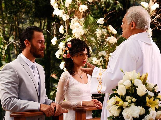Lexor vira padre e dá a bênção ao casal (Foto: Amor Eterno Amor/TV Globo)