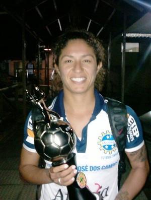 Cristiane exibe troféu de artilheira da Libertadores (Foto: Divulgação)