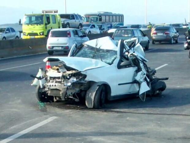 Carro ficou destruído após acidente na Ponte (Foto: Divulgação/Polícia Rodoviária Federal)