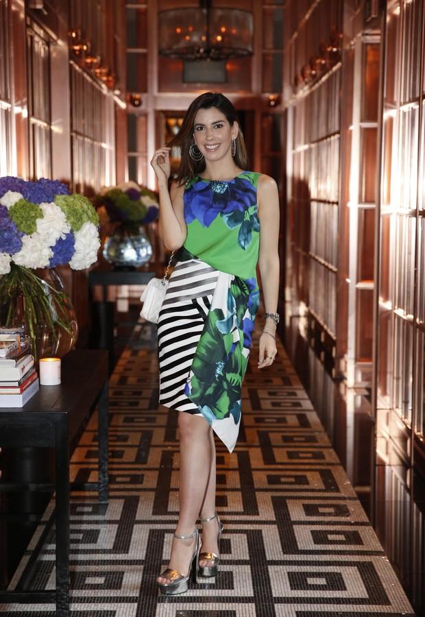 Camila Coutinho posa no Hotel Rosewood, em Londres, que em breve abre filial no Brasil (Foto: Felipe Panfili)