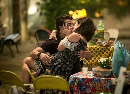 Cíntia surpreende Júlio com o maior beijão!