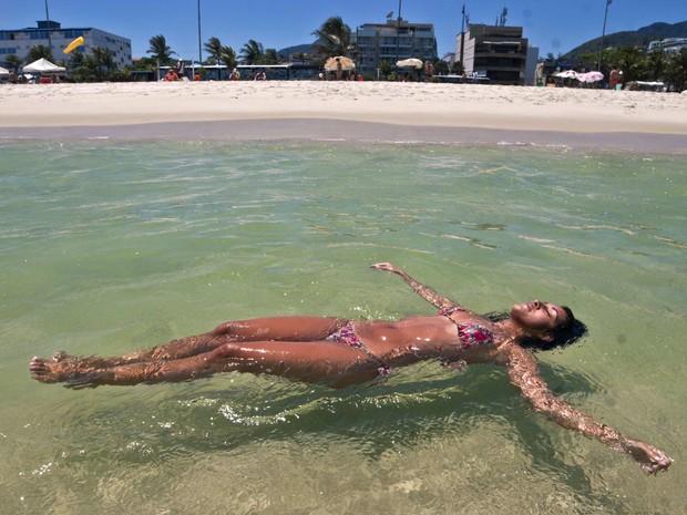 Banhista aproveita o forte calor na praia do Pepe, na Barra da Tijuca (RJ), no começo da tarde desta quarta-feira (29). Os termômetros chegam a registrar 27°C. 29/10/2014 (Foto: ARIEL SUBIRÁ /FUTURA PRESS/ESTADÃO CONTEÚDO)