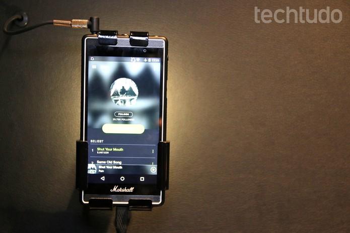 Marshall London Phone tem duas entradas para fone de ouvido (Foto: Laura Martins/TechTudo)