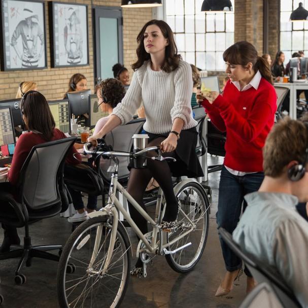 """Anne Hathaway em """"O Estagiário"""" (Foto: Reprodução)"""