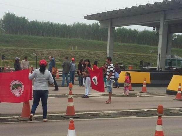 Manifestantes interrompem faixas do pedágio de Monte Castelo (Foto: Autopista Planalto Sul/Divulgação)