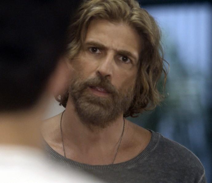 Pedro descobre o motivo da fuga do menino (Foto: TV Globo)