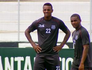 Cleber e Cicinho no treino da Ponte Preta (Foto: Reprodução EPTV)