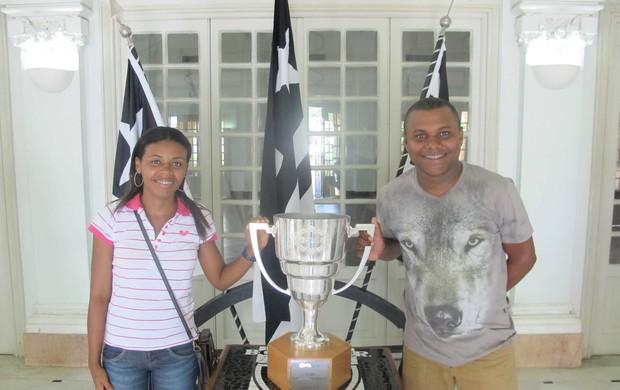 botafogo Taça Guanabara fica exposta em General Severiano (Foto: Rafael Cavalieri)