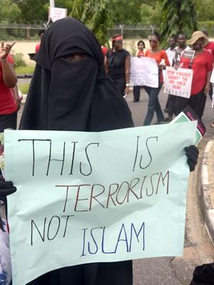 Mulher segura cartaz onde se lê em protesto contra o sequestro das meninas em Lagos, na Nigéria, no dia 5 de maio (Foto: Pius Utomi Ekpei/AFP)