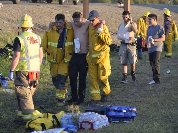 Jovens recebem atendimento médico após acidente na Interestadual 5.  (Foto: Dan Reidel / Chico Interprise Record / via Reuters)
