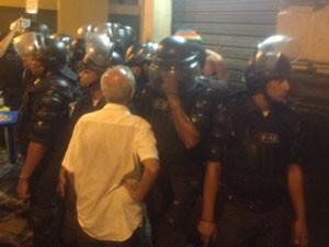 Manifestante é revistado nas imediações da Câmara Municipal após tumulto (Foto: Daniel Silveira / G1)