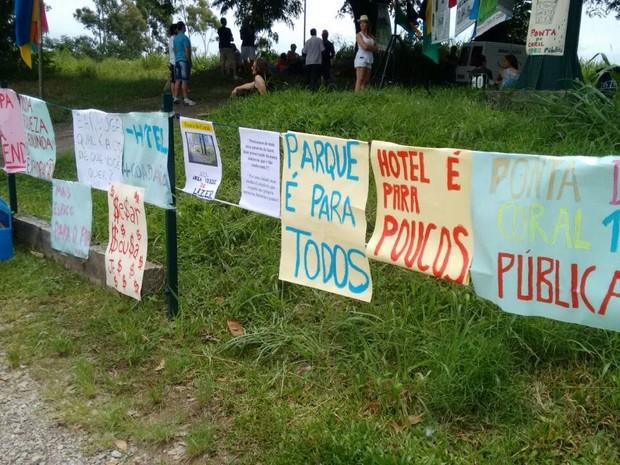 Grupo fixou cartazes no acesso da Ponta do Coral  (Foto: Mateus Castro/RBS TV)