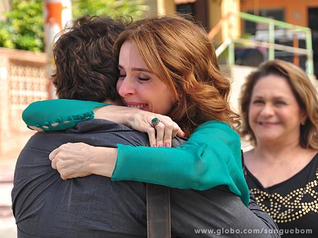 Irene explode de tanta felicidade ao ter a certeza de estar com o filho (Foto: Jacson Vogel/TV Globo)