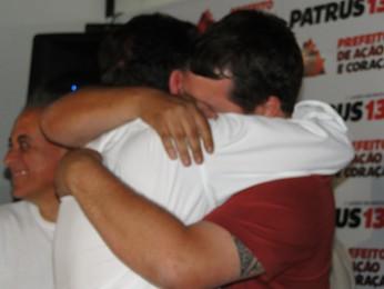 Patrus Ananias abraça o filho Pedro, eleito vereador de Belo Horizonte (Foto: Humberto Trajano/G1)