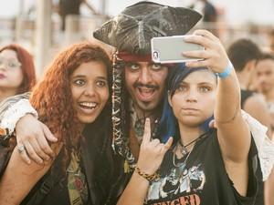 Garotas tiram selfie com homem vestido de Jack Sparrow nesta quinta (24), quarto dia de Rock in Rio (Foto: Luciano Oliveira/G1)