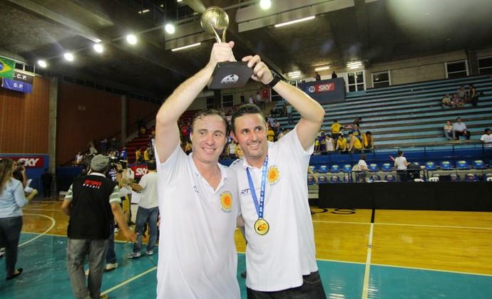 Jaú e Régis Marrelli comemoram título (Foto: Antônio Basílio/PMSJC)