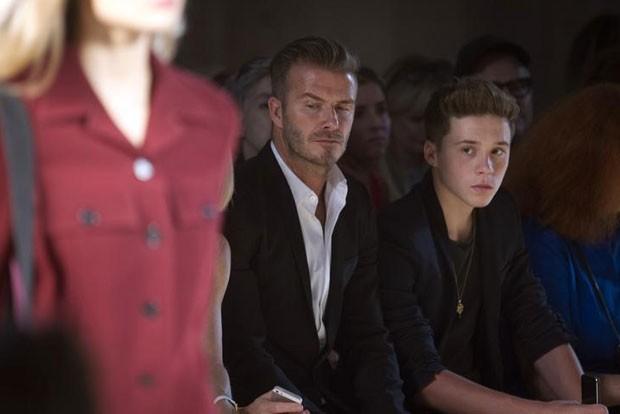 Beckham com o filho Brooklyn durante desfile de moda em Nova York, nos EUA, em 7 de setembro  (Foto: Carlo Allegri/Reuters)