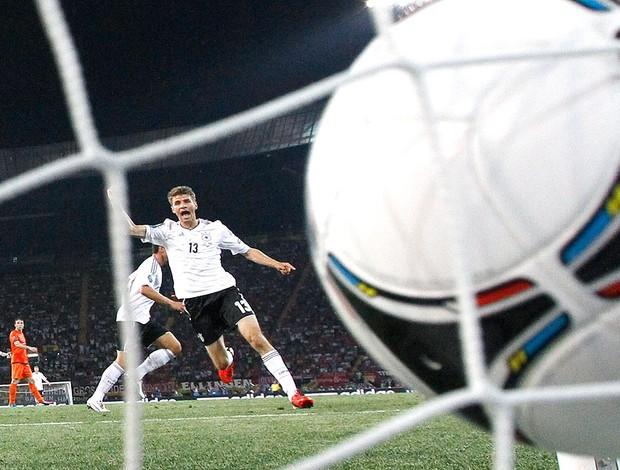 Thomas Mueller comemora gol da Alemanha contra a Holanda (Foto: Reuters)