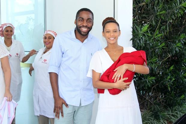 Taís Araújo e Lázaro Ramos deixam maternidade com a filha, Maria Antônia (Foto: Alex Palarea/Ag News)