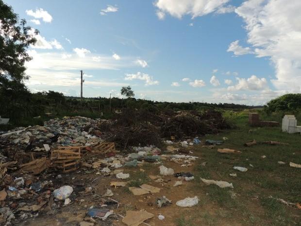 Cemitério está sendo invadido por lixo (Foto: Eliete Marques/G1)