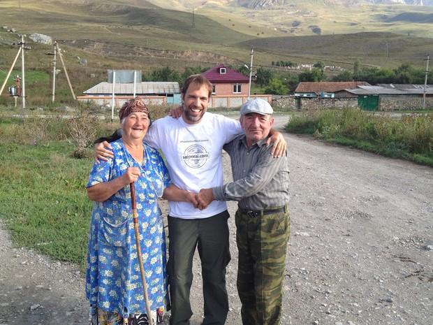 Guilherme Canever com dois moradores da Ossétia do Sul (Foto: Guilherme Canever/arquivo pessoal)