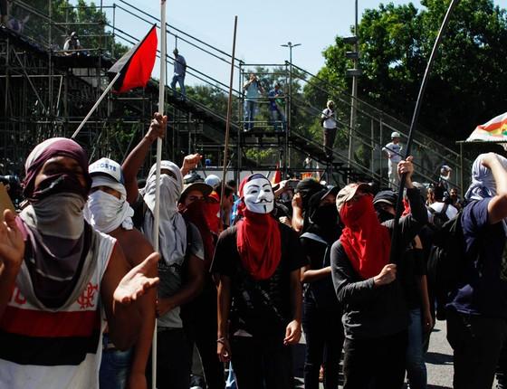 Manifestantes durante protesto contra a privatização  Cedae na Avenida Presidente Vargas. Manifestantes destroem o Terrerão do samba (Foto:   Luciano Belford/FramePhoto / Agência O Globo)