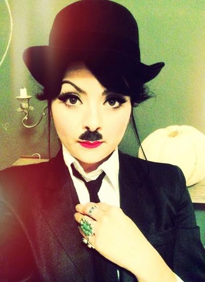 Muito delineador preto na hora de fazer o famoso bogode de Charlie Chaplin (Foto: Pinterest.Meus 5 Minutos)