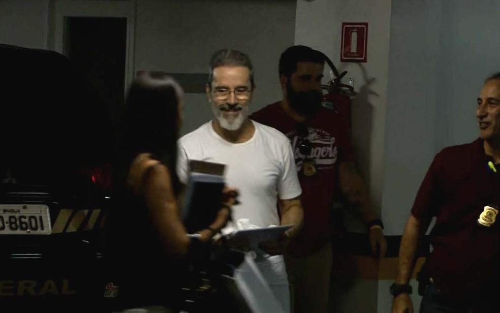 Ex-senador Luiz Estevão chega para depoimento na 10ª Vara Federal, em Brasília (Foto: TV Globo/Reprodução)