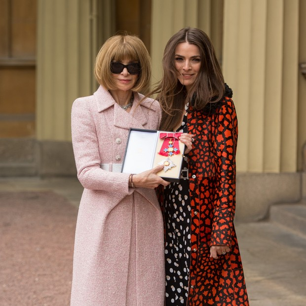 LONDON, ENGLAND - MAY 5:  Editor-in-Chief, American Vogue and Artistic Director Dame Anna Wintour and with daughter Bee Schaffer (R) pose after receiving her Dame Commander from Queen Elizabeth II at an Investiture ceremony at Buckingham Palace on May 5,  (Foto: Getty Images)