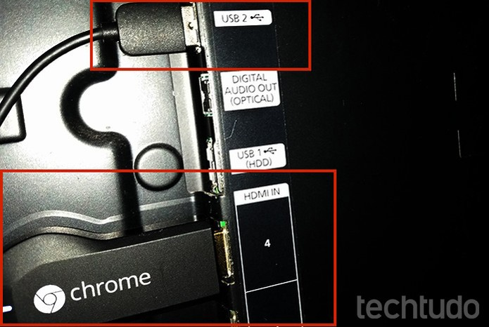 Conecte o Chromecast no HDMI. Na outra ponta, coloque o USB na TV (Foto: Barbara Mannara/TechTudo)
