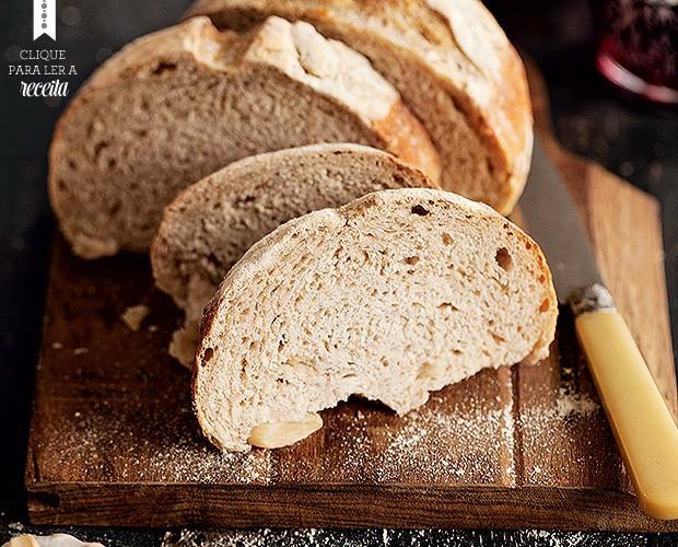 Receitas de Julice Vaz, da Julice Boulangère: o perfumado pão de alho, com pedaços de alho na massa (Foto: Elisa Correa/Editora Globo)