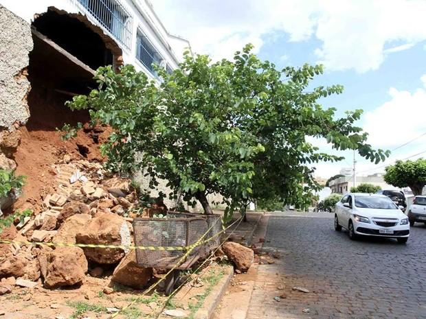 O muro de uma antiga fábrica de cerâmica desabou na manhã desta quinta-feira (16), em Uberaba. O local, onde já funcionou uma sede do Sesc, estava desocupado há algum tempo. Segundo a Defesa Civil, um grupo de engenheiros esteve no local e constatou que a (Foto: Enerson Cleiton/ Divulgação)