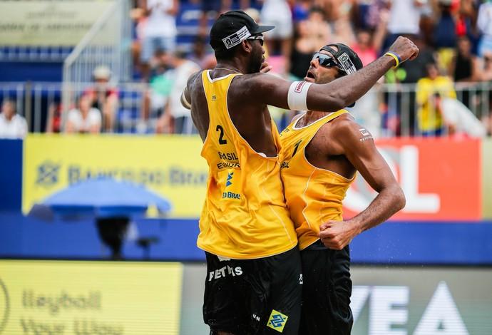 Evandro e Pedro festejam a vitória (Foto: Gustavo Oliveira/WBR Photo)