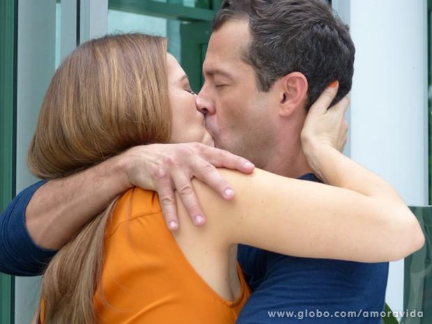 Bruno pergunta porque Paloma está fazendo isso com ele e eles se beijam (Foto: Amor à Vida/TV Globo)