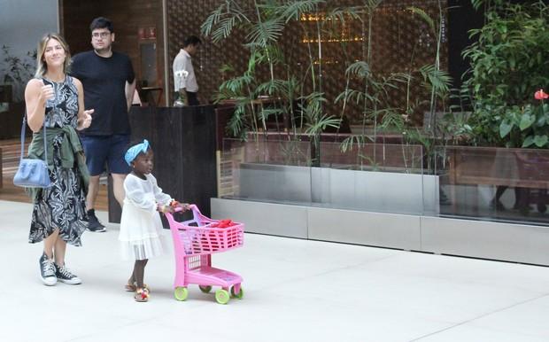 Giovanna Ewbank e Titi passeam por shopping na Barra da Tijuca (Foto: J Humberto / AgNews)