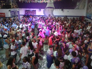 Público faz festa na quadra da Unidos da Saudade em Nova Friburgo, RJ (Foto: Davi Motta / Inter TV RJ)
