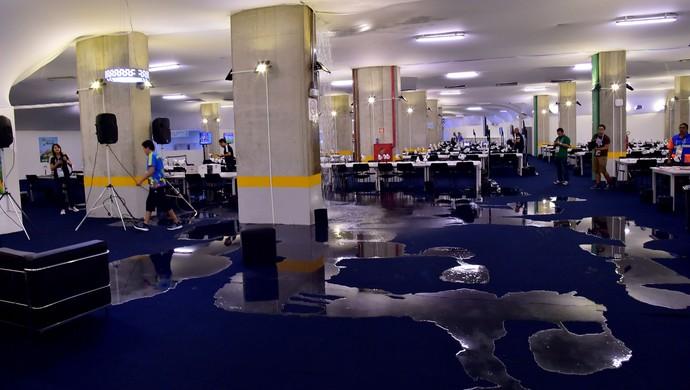 Centro de imprensa da Arena das Dunas alagado (Foto: Agência AFP)