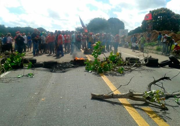 Trecho da BR-304, em Mossoró, também foi bloqueado pelos manifestantes; pneus e galhos foram queimados  (Foto: Carlos Júnior/A Voz de Areia Branca)