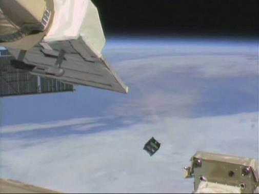 Imagem feita da Estação Espacial Internacional mostra o momento em que o Cubesat é lançado no espaço (Foto: Divulgação/AEB)