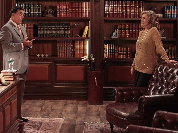 A prima fica intrigada com o visitante português (Foto: Guerra dos Sexos / TV Globo)