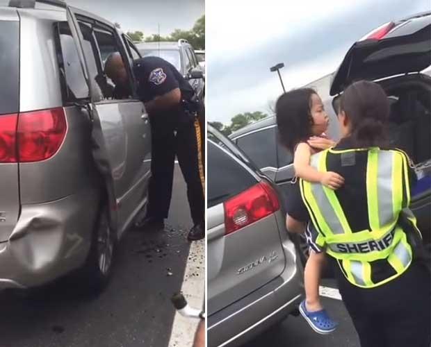 Menina é resgatada do carro por policiais (Foto: Reprodução - YouTube)