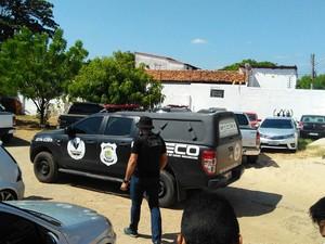 Carros são apreendidos e levados à sede do Greco  (Foto: João Cunha/G1)