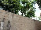 Polícia suspeita que menino morto ao subir em muro foi baleado por menor