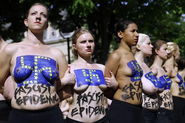 Ativistas do Femen fazem protesto nesta terça-feira (22) em Paris, na França, durante uma conferência do partido de extrema direita francês Frente Nacional (Foto: Thomas Samson/AFP)