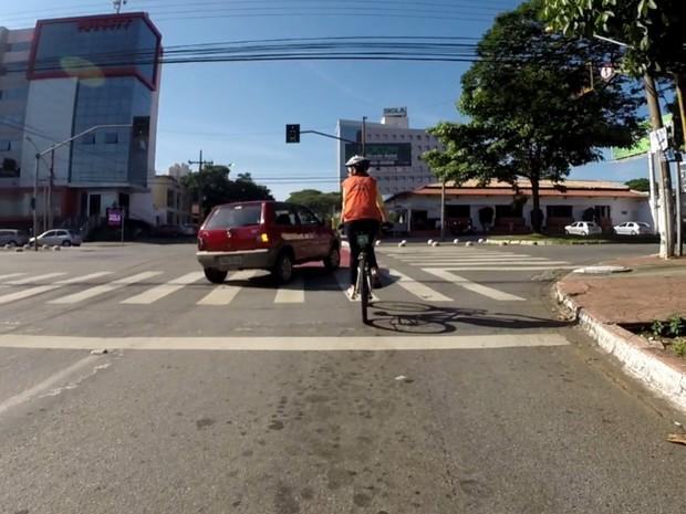 Motorista fecha ciclista na ciclorrota em Goiânia, Goiás (Foto: Reprodução/G1)